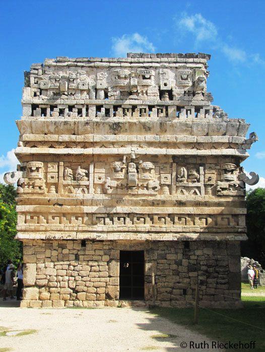 """Chichen Itza ruinas mayas , México - Las Monjas es una de las estructuras más notables de Chichén Itzá . Es un complejo de edificios del Clásico Terminal construidos en el estilo arquitectónico Puuc . El español nombró este complejo Las Monjas ( """" Las Monjas """" o """" El Convento """" ), pero en realidad era un palacio gubernamental. Justo al este es un pequeño templo (conocido como La Iglesia, """"La Iglesia """" ) decorado con máscaras elaboradas"""
