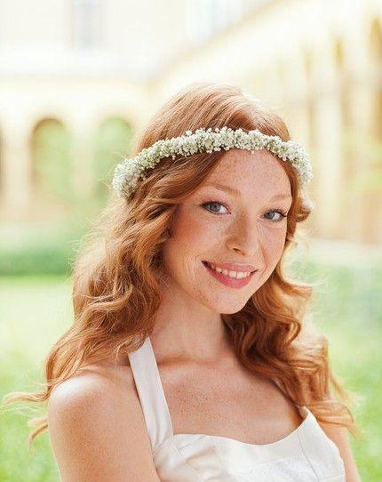 Eine wunderbare Idee für eine Brautfrisur mit floralem Haarschmuck.