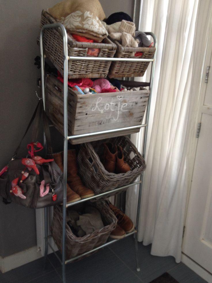 Krattenrek met bollenkist & mandjes voor schoenen, sjaals, draagdoek, regenkappen van de kinderwagen etc! Helemaal opgeruimd! :D