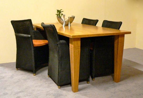 Tafel Arles met stoelen Slootstra is direct leverbaar. Model tafel: Arles kem kluskens.  Kleur: blank antiek. Afmeting: Breedte x Lengte: 90 cm x 190 cm. Model armstoel: Loom Slootstra. Kleur loom: zwart. Kussens: cognac met zwarte bies. Normaal: €2.675,00. Aanbiedingsprijs: €1.870,00.