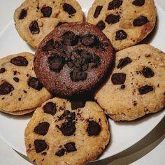 Salut mes amis ! Je vous poste enfin la recette de mes cookies protéinés ☺ Ingrédients : - 85g de Beurre de cacahuète - 1 oeuf - 120g de whey (saveur vanille ou chocolat suivant le goût souhaité) - 60g de farine de coco (Amanprana) - 20g de poudre d'amande - 10g de sirop d'agave - 100ml de lait d'amande (je pense que 30 à 50 ml est suffisant car ma pâte était un peu trop collante avec 100ml)- 30g de chocolat noir 80% bio . Préparation : Mélangez tous les ingrédients secs dans un récipient…