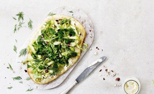 Trendikäs flatbread haastaa pitsan! Flatbread parsalla saa ihanasti potkua piparjuurituorejuustosta. Katso helppo ohje!
