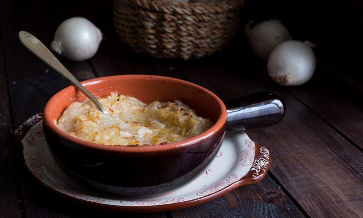 La zuppa di cipolle gratinata in forno è un classico piatto della cucina francese dal sapore molto delicato.