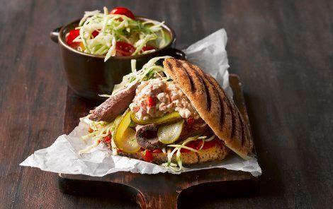 En god mættende sandwich. Eller måske snarere en burger - med stegt oksekød, hvidkålssalat, syltede agurker og krydret hytteost.