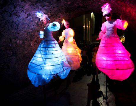 Hermosas Lightwalkers un acto donde hipnotizar al público con hermosas imágenes simples, en un remolino multicolor del traje y de luz.Iluminados y luminosos.