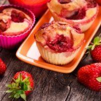 Aardbeien-rabarbermuffins. recept | Smulweb.nl
