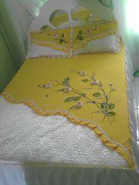 Colcha com barra de cetim bordado e flores de fita
