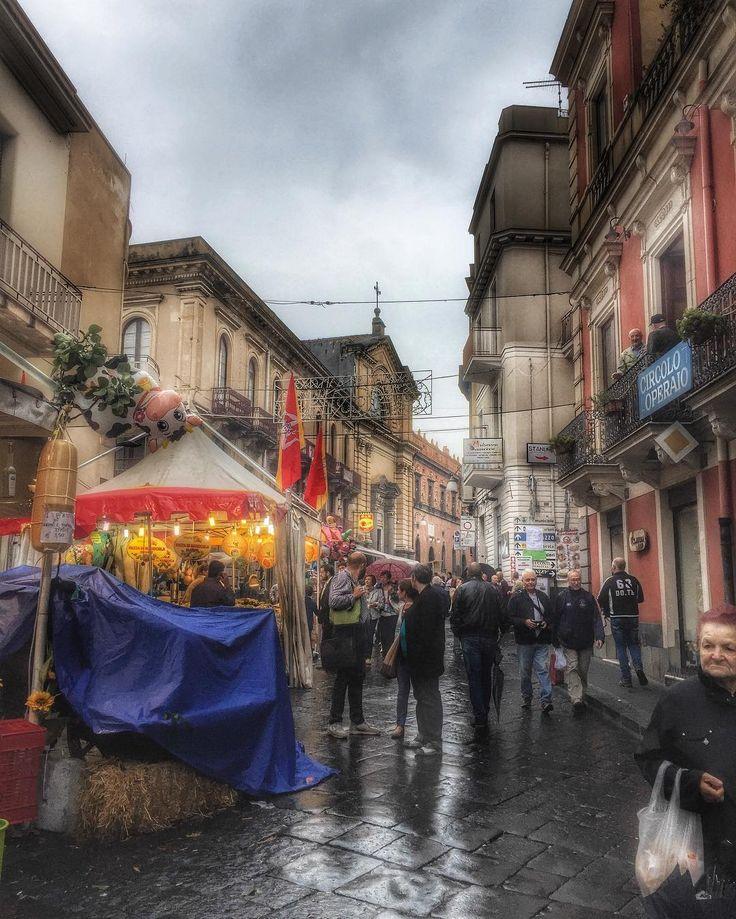 La strada bagnata di pioggia.. le luci.. i dolciumi .. l'atmosfera che anticipa il Natale.. Bronte sagra del pistacchio. #marketing #focusicily #siciliatricolors #likeforfollow #socialmediamarketing #