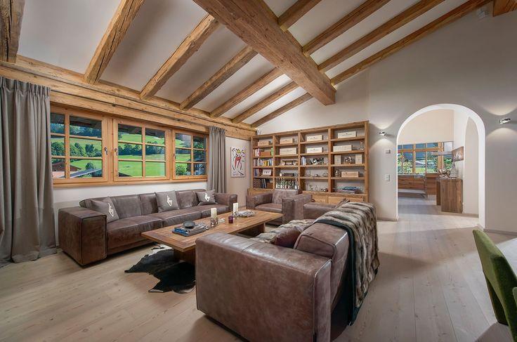 Großzügiger Wohnraum im Chalet mit Blick auf die #KitzbühelerAlpen.