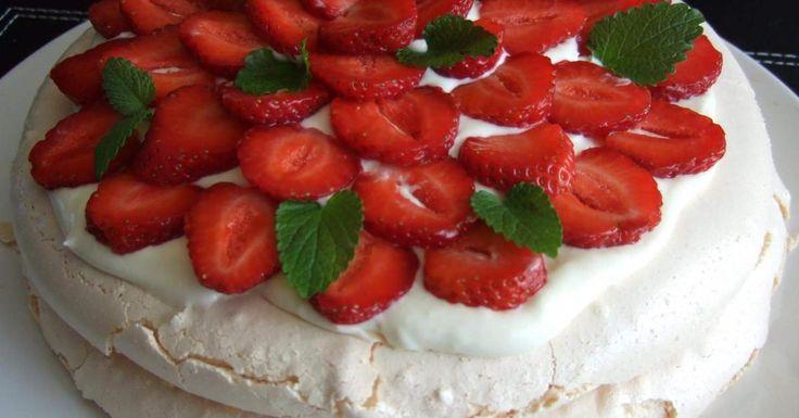 tort bezowy z mascarpone i truskawkami