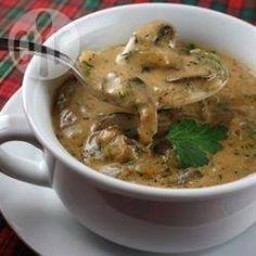 Hongaarse champignon soep Écht een lekker soepje en makkelijk te maken. Gesneden uitje aangevuld tot gewenste gewicht met stukjes paprika en 2 knoflook...