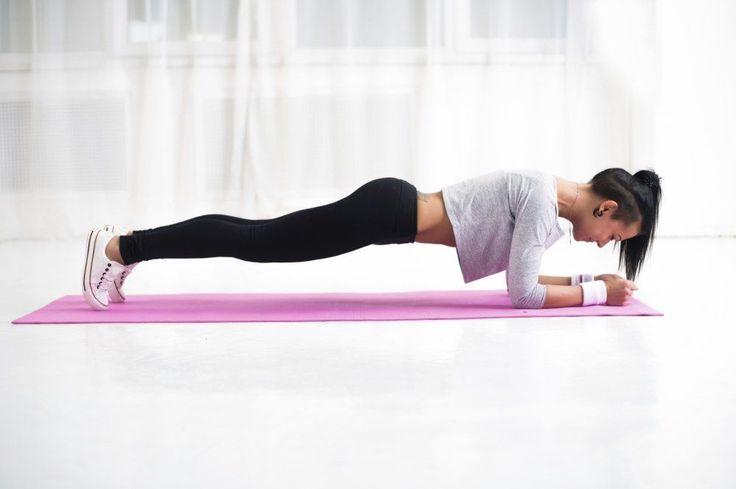 LA planche de gainage, il en existe plusieurs versions. On la pratique un peu chaque matin, pendant quelques minutes, on change les exercices et très vite, les abdominaux se tonifient.