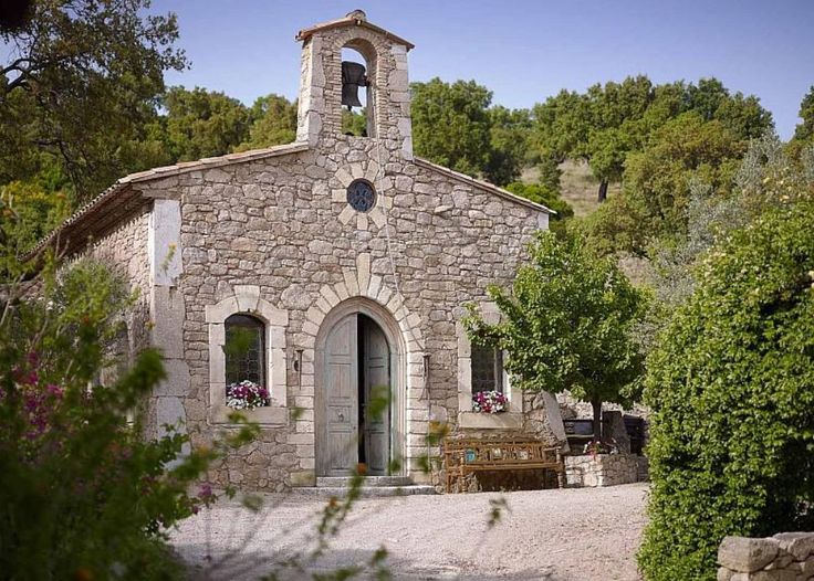 A church converted into a home for guests. Johnny Depp is selling his property in the Var for € 23 million. Tour the heart of a real village consisting of 12 buildings, including a church and a restaurant and bar.  Copyright Riviera Sotheby's International Realty
