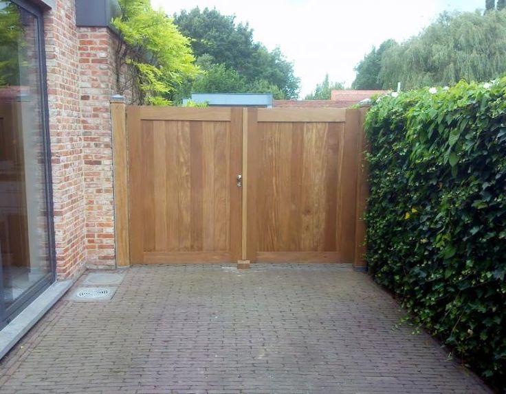 houten poorten aan massieve houten palen