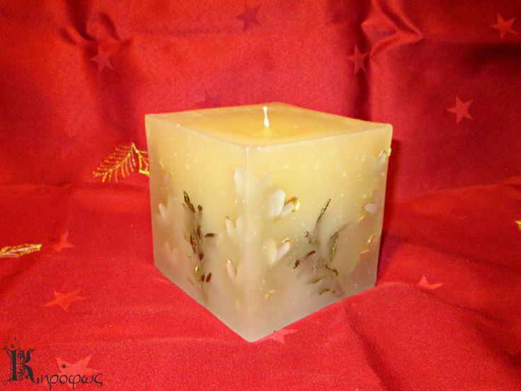 Τετράγωνο γιορτινό κερί με χρυσά σχέδια και άρωμα αχλάδι.