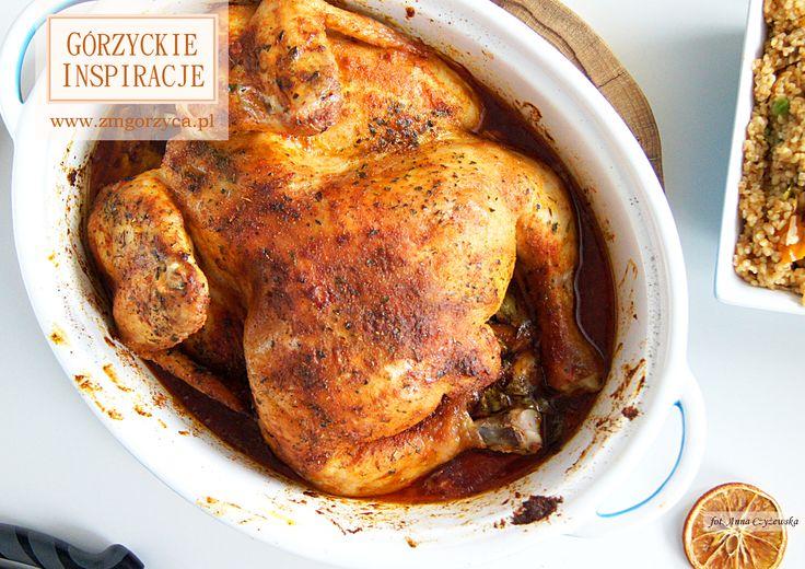 Pieczony kurczak w całości z dodatkiem suszonych pomidorów, suszonych śliwek i aromatycznych przypraw i ziół. Podałam go z kaszą bulgur z warzywami http://zmgorzyca.pl/index.php/pl/kulinarny/dania-glowne/415-kurcze-pieczone-5
