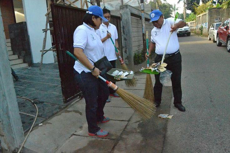 PT Hero Supermarket Tbk serta jajaran eksekutif Hero Group membersihkan sampah di Kel. Jurang Mangu Barat #HeroGreenAction