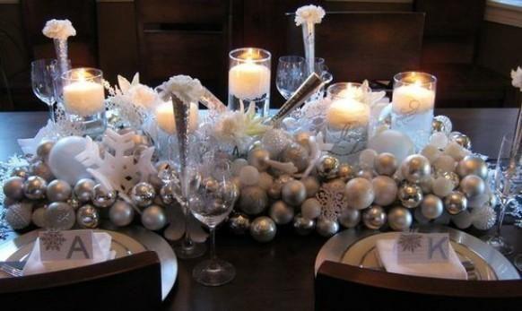 Weddbook ♥ Inverno tavola di nozze. Decorazioni di Natale con le palle di nozze d'argento e candele. Natale tavolo decorazioni. Nuovo anno decorazione della tavola.  Argento  winter  arredamento   decorazione di Natale table   candela