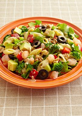 海老とショートパスタ、ざく切りにした野菜を彩りよく盛り付けたチョップドサラダにキユーピー 深煎りごまドレッシングのコクがマッチします。