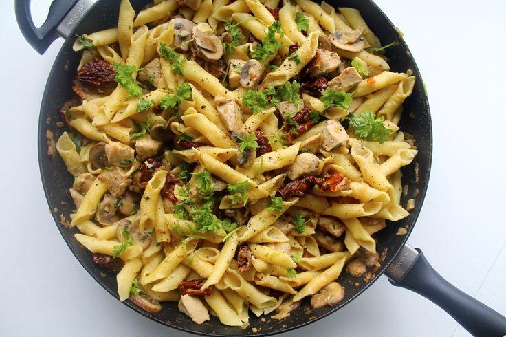 Jeg er vild med pastaretter, og når jeg skal lave hurtig aftensmad eller skal finde på noget fra ingredienserne i køleskabet, så bliver det faktisk ofte et eller andet med pasta, hvor det hele blandes sammen på en pande. Det kan nærmest aldrig gå galt og smager godt, uanset hvad man beslutter....
