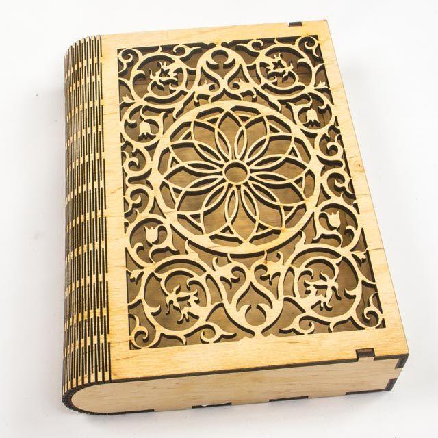 Подарункова коробочка для книжки зроблена з березової фанери, стане чудовим подарунком для тієї людини, яка цінує книгу. Не фарбована фанера. Завдяки особливому методу надрізу, цільна фанера має змогу загибатися, що дозволяє робити такі цікаві речі, як подарункова коробочка для книги.Розміри: 150 x 205 x 45 mm
