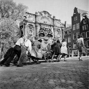 """Draaiorgel van de gebroeders Kentie. Fotograaf Dirk de Herder publicerde deze foto in een artikel over de draaiorgels van Amsterdam vlak na de oorlog en gaf het het bijschrift: """"…effe een setje noar baove…"""". Amsterdam (1946)"""
