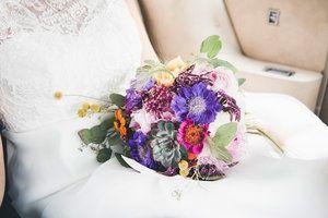Fargerik brudebukett på fanget.jpg