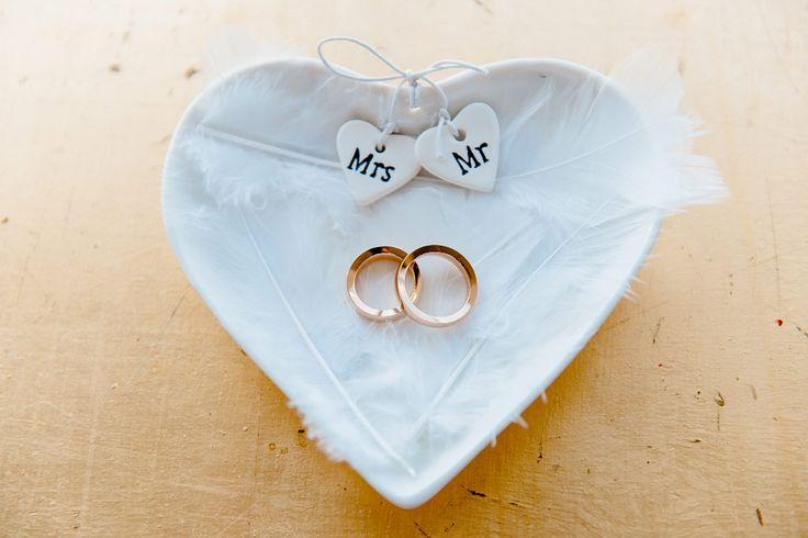 Eine Ringschale mit Mrs & Mr für die Eheringe bei der Trauung der #Hochzeit anstatt einem Ringkissen. Foto: Duo-Lux Photography