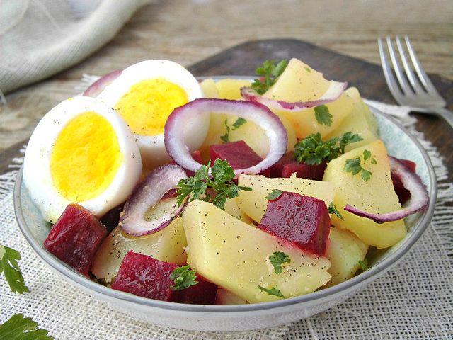 Insalata di patate, barbabietole e uova - myTaste.it