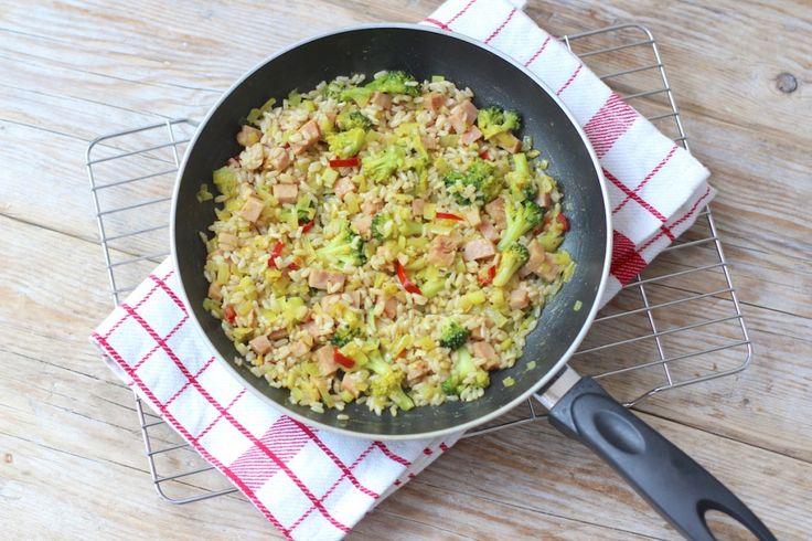 Dit recept bevat gebakken rijst, ham en broccoli. Binnen 20 minuten staat er ineens een ander wereldddeel op tafel. Eet smakelijk!