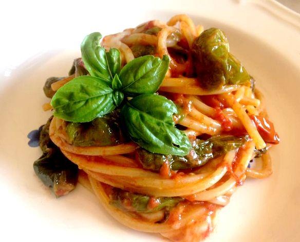 Spaghetti alla chitarra con peperoncini Verdi fritti e provola di Agerola Un primo piatto della cucina napoletana,molto gustoso,fresco e semplice da prepar