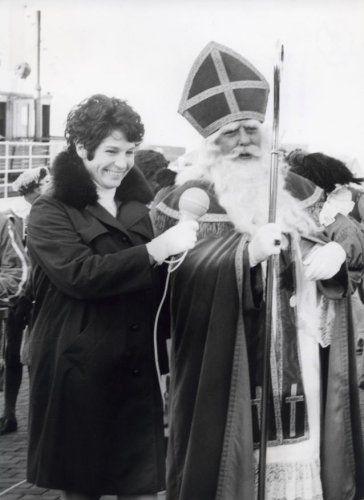 Mevrouwtje  Bouwman ontvangt Sinterklaas tijdens zijn de landelijke intocht in Enkhuizen. (1969)