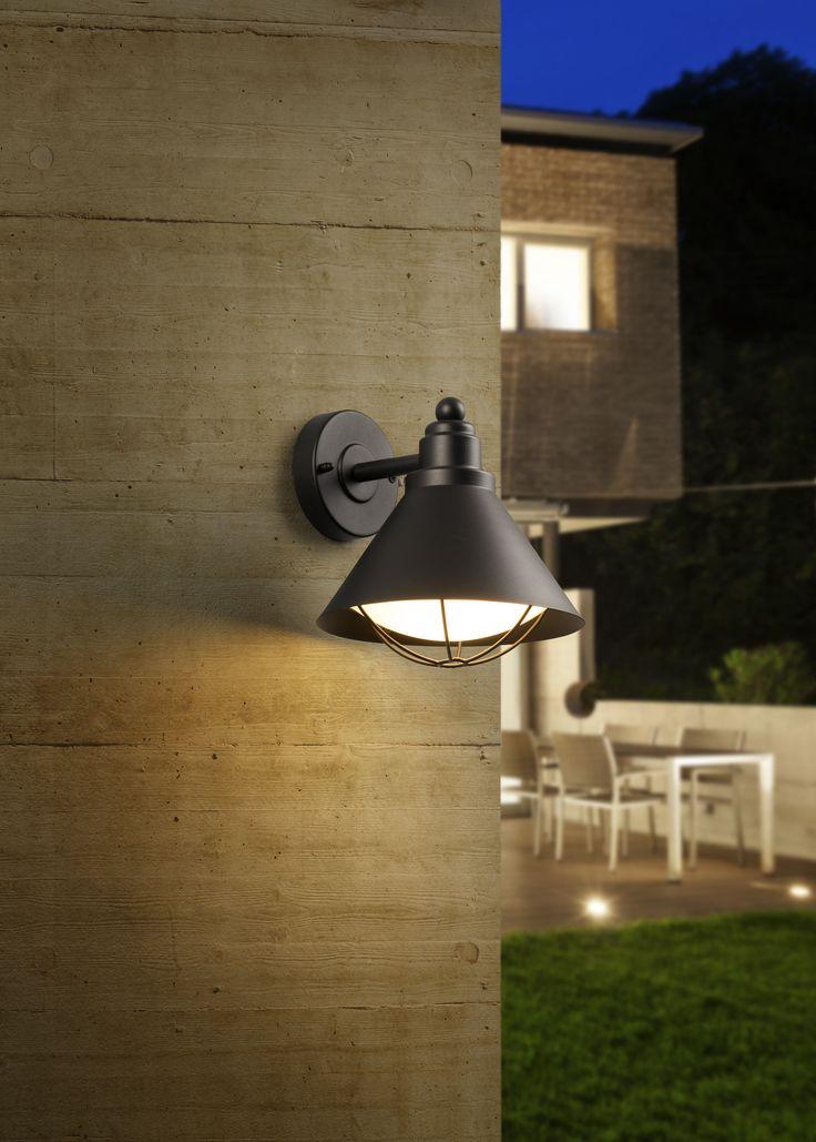 Una excelente opción para el exterior de tu hogar es esta lámpara estilo capucha.