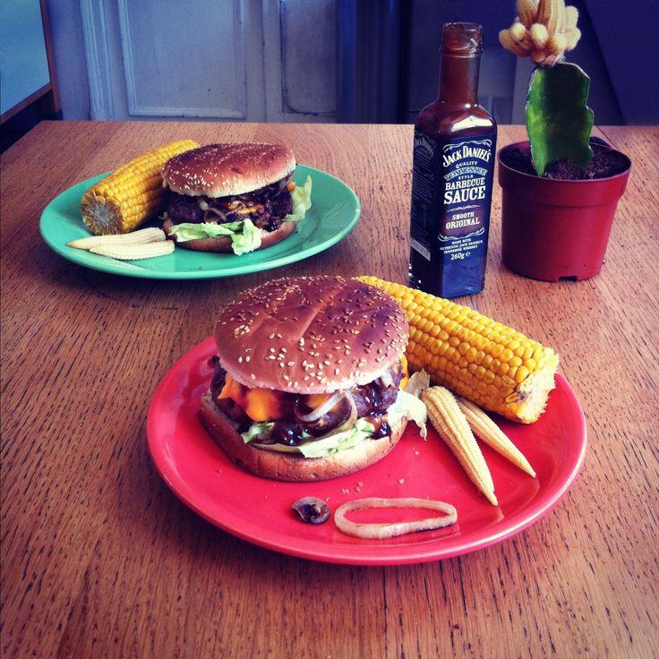 Fat West Burger. Steak haché de cheval. Cheddar. Laitue. Oignons grillés. Mini et maxi maïs. Jack Daniel's quality Tennessee style barbecue sauce smooth original ©. Le burger qui murmurait à l'oreille des chevaux.