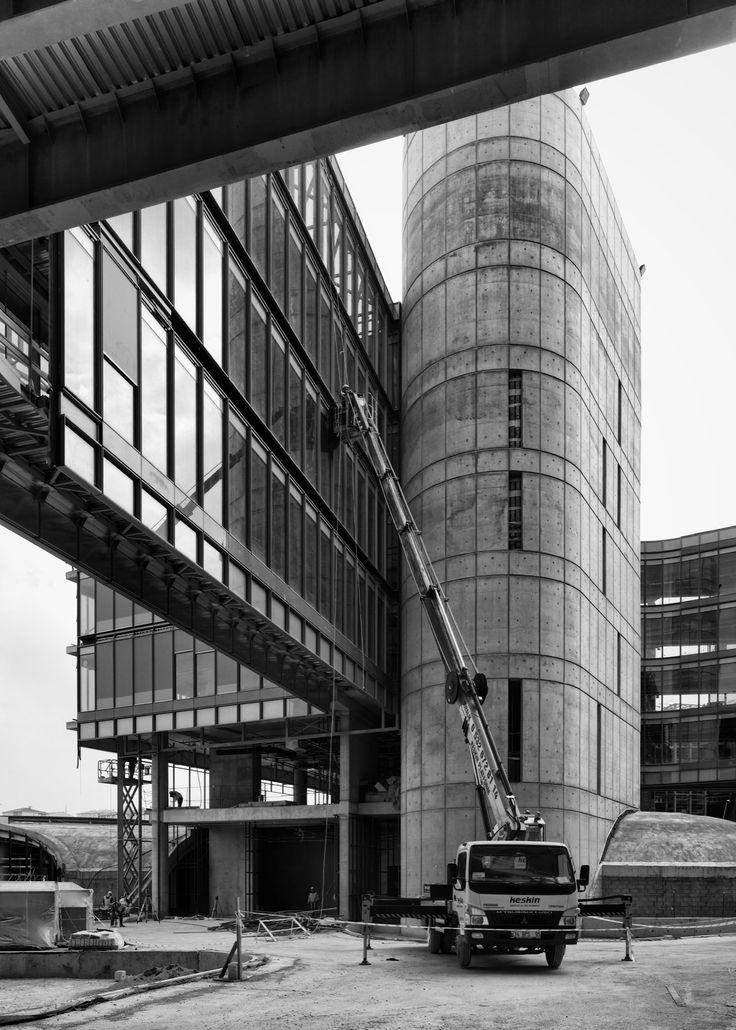 Photo showing the placement of glass panels on one of the bridges in Garanti Bank Technology Campus (Photo: Cemal Emden) --- Garanti Bankası Teknoloji Kampüsündeki köprülerden birine cam panelleri takılırken. (Fotoğraf: Cemal Emden)