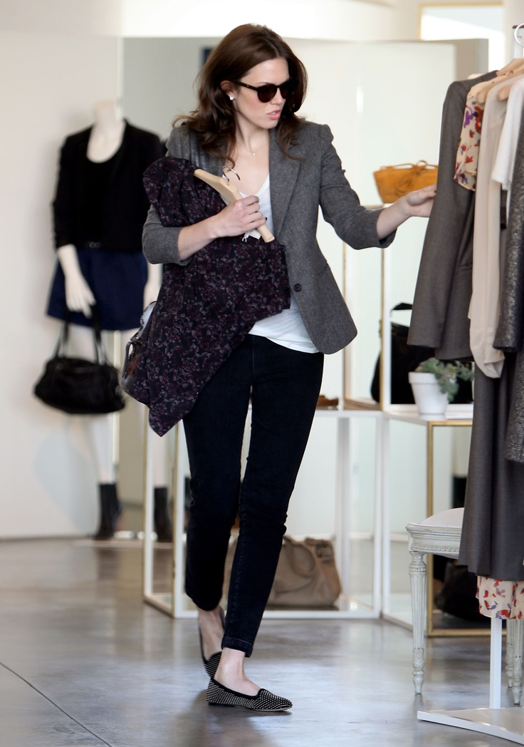 Mandy Moore smart casual? Street style! Love the grey tweed blazer, black skinny jeans, flats and white tee! Love.