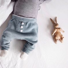 Baby Julian staying comfy, cute and oh so cool in our Baggy spring pants.// Neimen, helledussen. Noe så vakkert @sfrantzen  Mønster: Baggy Vårbukse, #ministrikk