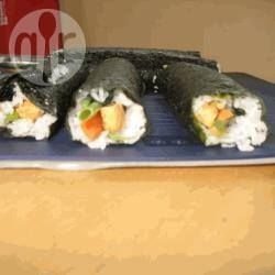 Estos rolls de sushi llevan relleno de tofu marinado en salsa de soja y verduras, y si los preparás para tus amigos, seguro que te aplauden.