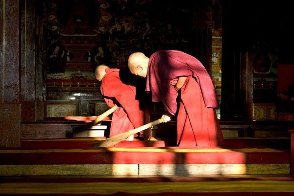 """""""Qué te parecería hacer la limpieza de casa como la hacen los monjes budistas? No es difícil, al contrario, es muy divertido. Si quieres purificar tu alma sin moverte de casa, puedes hacerlo transformando las tareas del hogar en un ejercicio espiritual"""", señala el monje budista japonés Keisuke Matsumoto. """"La jornada de un monje comienza …"""
