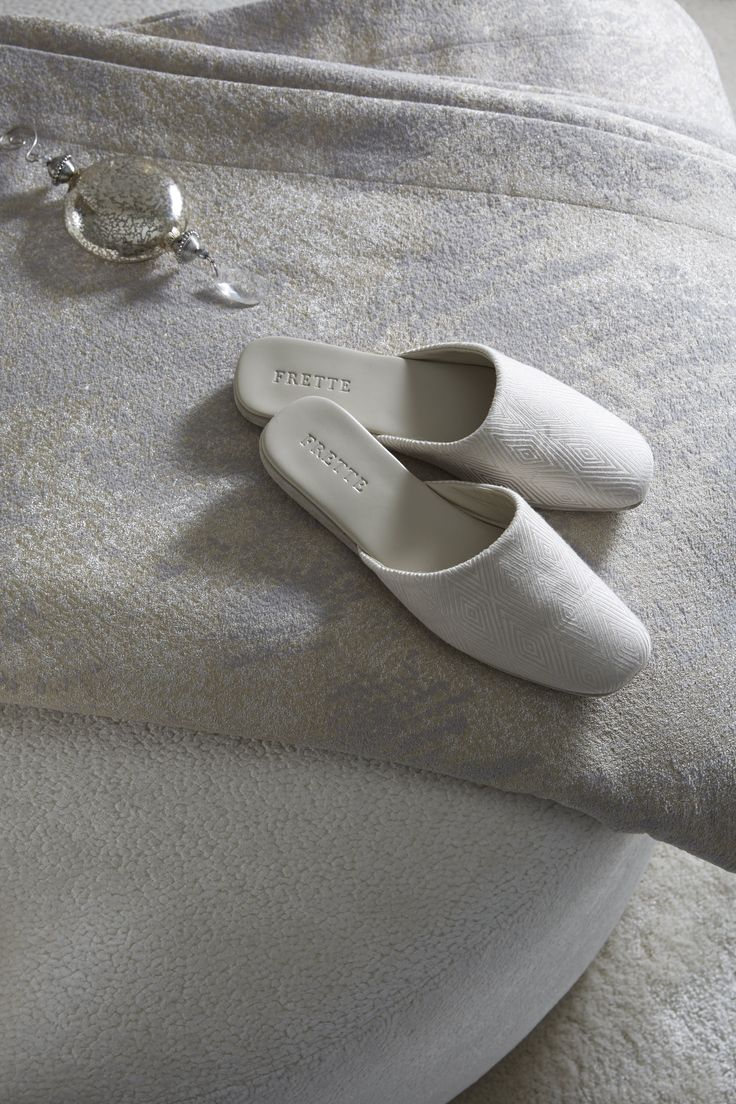 DIAMOND OPEN SLIPPERS | Exquisite silk jacquard fabric slippers coordinated with the diamond robe.