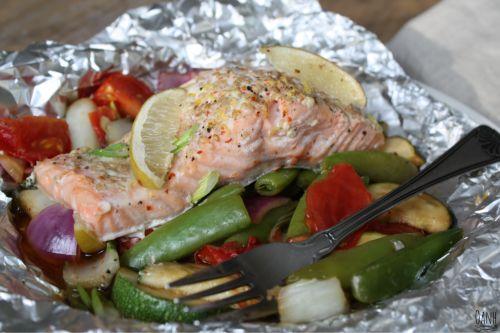 Deze gestoomde zalm is simpel om te maken, gezond en zalig!! Je snijd de groenten in stukjes, blancheer de peultjes, doe de kruiden erbij en laat de oven zijn werk doen. Makkelijk kan haast niet ;)…