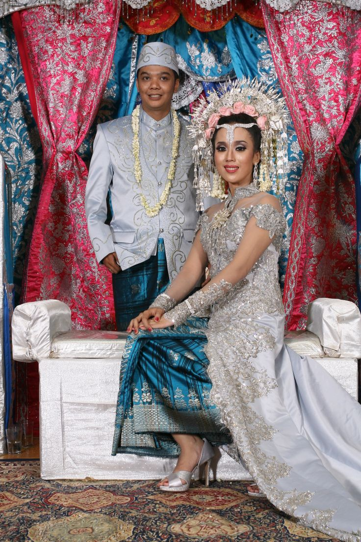 im wearing suntiang from Sumatra Indonesia #wedding