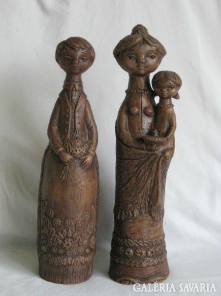 <p>Gyönyörű,jelzett,terrakotta Kovács Margit szobor páros együtt eladó..Teljesen sérülésmentesek.Magassága:35 cm.Szélessége alul 8,5cm, oldalt 10 cm.Súlyuk:együttesen 2kg15 dkg.Az ár együtt a kettőre vonatkozik,és alkuképes.</p>