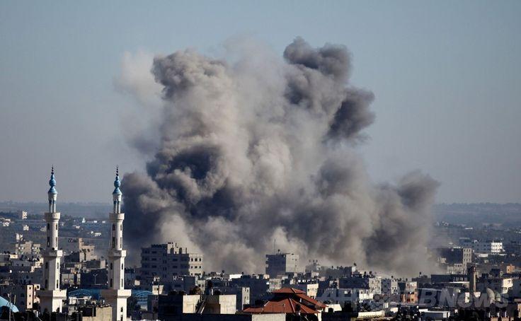 イスラエル軍の空爆を受けて黒煙が立ち上るパレスチナ自治区ガザ地区(Gaza Strip、2014年7月11日撮影、資料写真FILE)。(c)AFP/MOHAMMED OTHMAN ▼12Jul2014AFP|イスラエル軍のガザ空爆、死者118人に http://www.afpbb.com/articles/-/3020364