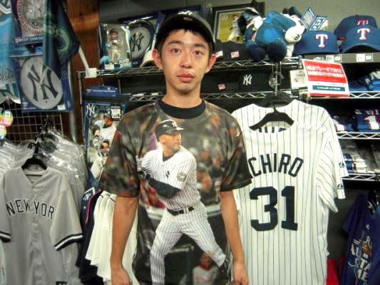 【新宿1号店】 2012年10月5日    当店の常連様のN・K様    当店でご購入いただいた  デレク・ジーターTシャツを早速着用して頂きました!    キマッてます!