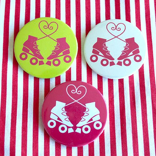 Bottom: Patins com laço de coração 3,5cm - R$2,00   4,5cm - R$3,00 cada Skating botton useheti.tanlup.com