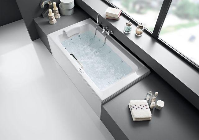 Retour vers le passé dans la salle de bains avec cette élégante baignoire balnéo !