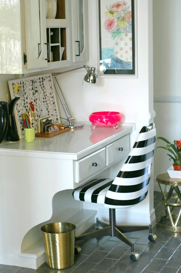 How to Spray paint a Vinyl Chair via @Jenny Komenda: Favorite Furniture, Chairs Makeovers, Desks Chairs, Furniture Makeovers, Paintings Vinyls, Vinyls Chairs, Sprays Paintings, Offices Chairs, Diy Projects