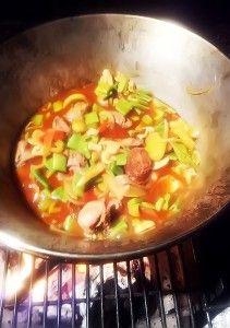 Pulpa de porc, carnati picanti si legume la ceaun.