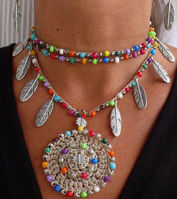 Este hermoso collar fue hecho a ganchillo con cuerda encerada beige/crudo, granos de cristal, cuentas de metal y plumas de plata tibetanas. Pueden ser usado cerca de la nuca o más flojo, solo apretado lo quieras. El encaje es suficiente para envolver 2 veces alrededor del cuello. Cada extremo de la cadena es cerrada por con algunas perlas de vidrio y una pluma de plata tibetana. It´s uno de un tipo y se ven muy bien en verano o en invierno.  Este collar de ganchillo es hecha por encargo ...